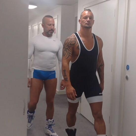 Hotel slut leaves his door open